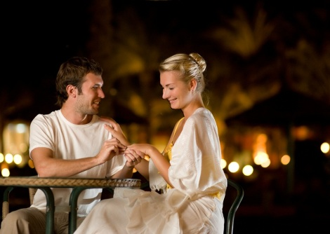 cuplu-cina-inel-romantic-dragoste-iubire-valentines-day-logodna-shutterstock_24391735