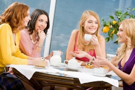 femei-discutie-barfa-cafea