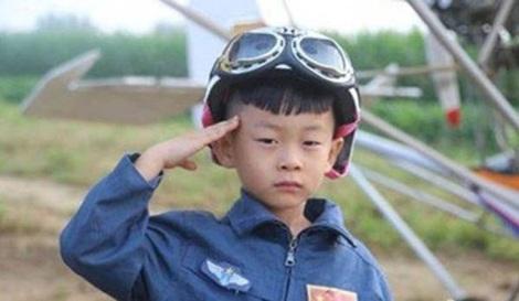 un-baietel-de-5-ani-cel-mai-tanar-pilot-din-lume-18461744